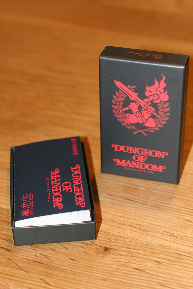 Une petite boîte au format habituel pour l'éditeur. Mais méfiez-vous de la taille, le jeu est excellent.