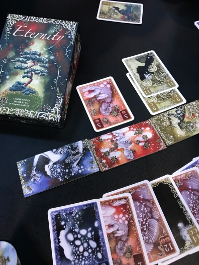 Eternity. Un jeu de pli chez Blackrock aux superbes illustrations très douces et féminines (pour une fois)