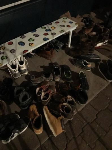 Les chaussures laissées à l'entrée