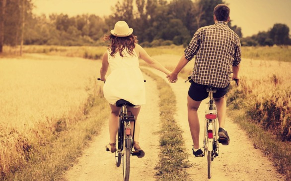 beautiful-couple-riding-on-bicycle-wallpaper